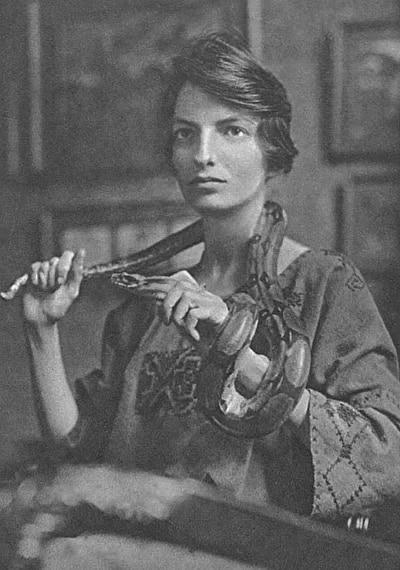 Joan Beauchamp Procter avec un serpent sur l'épaule